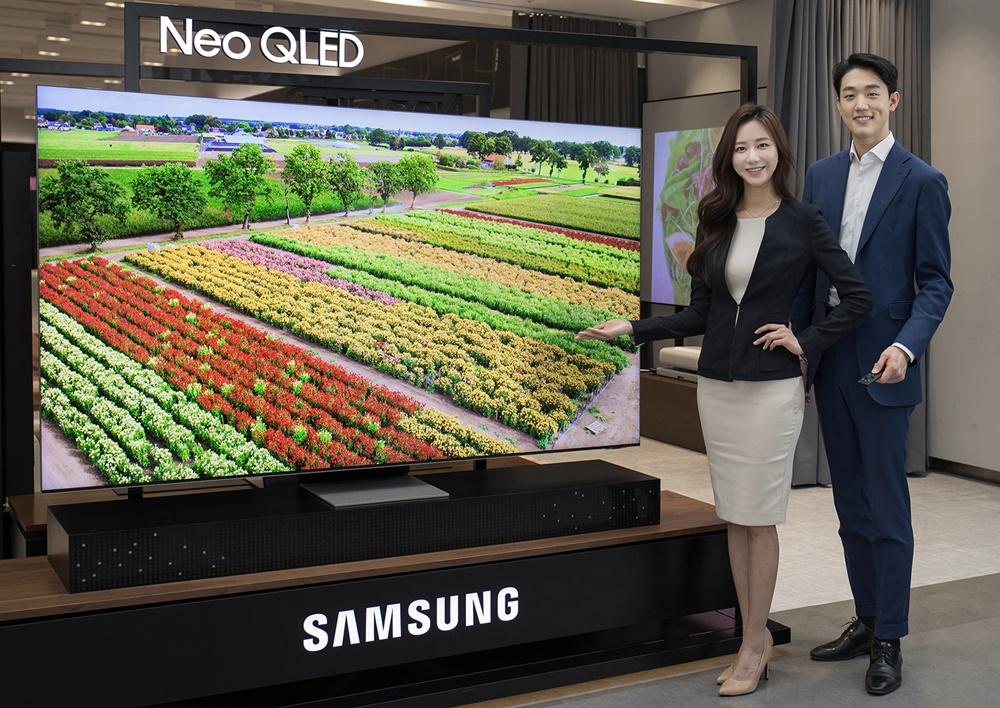 삼성전자 모델이 수원 삼성 디지털시티에서 2021년 신제품 Neo QLED TV를 소개하고 있다.