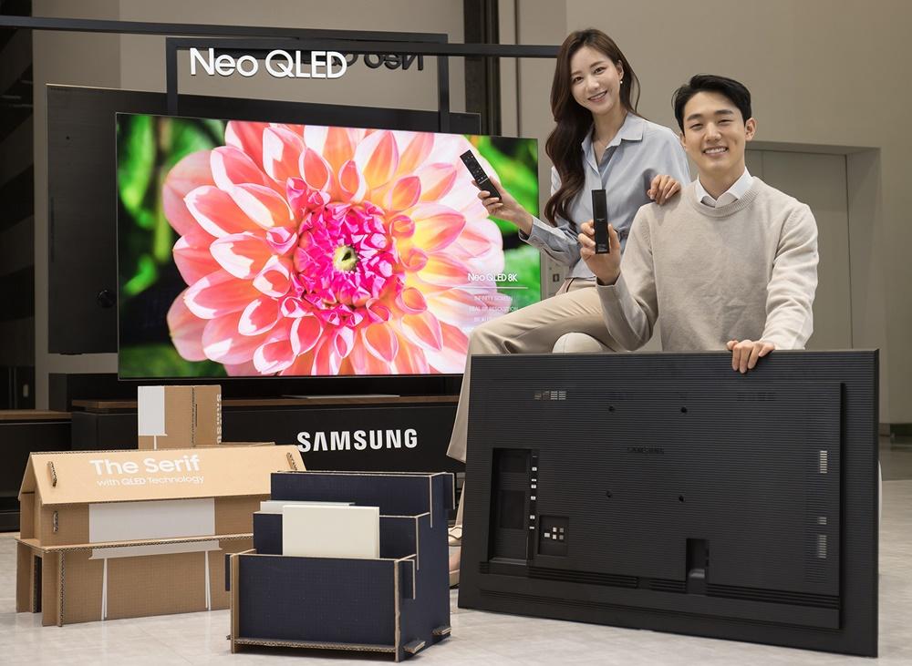 삼성전자 모델이 수원 삼성 디지털시티에서 2021년 신제품 Neo QLED TV와 새롭게 적용된 솔라셀 리모컨, 에코 패키지를 소개하고 있다.