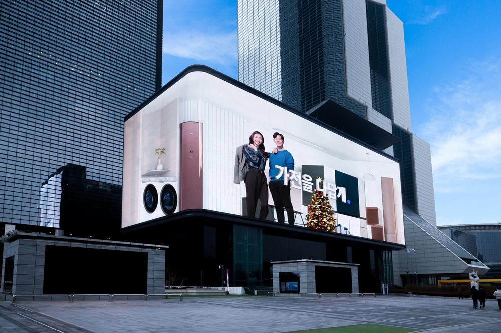 코엑스 케이팝 스퀘어에 전시된 비스포크 옥외 광고 현장