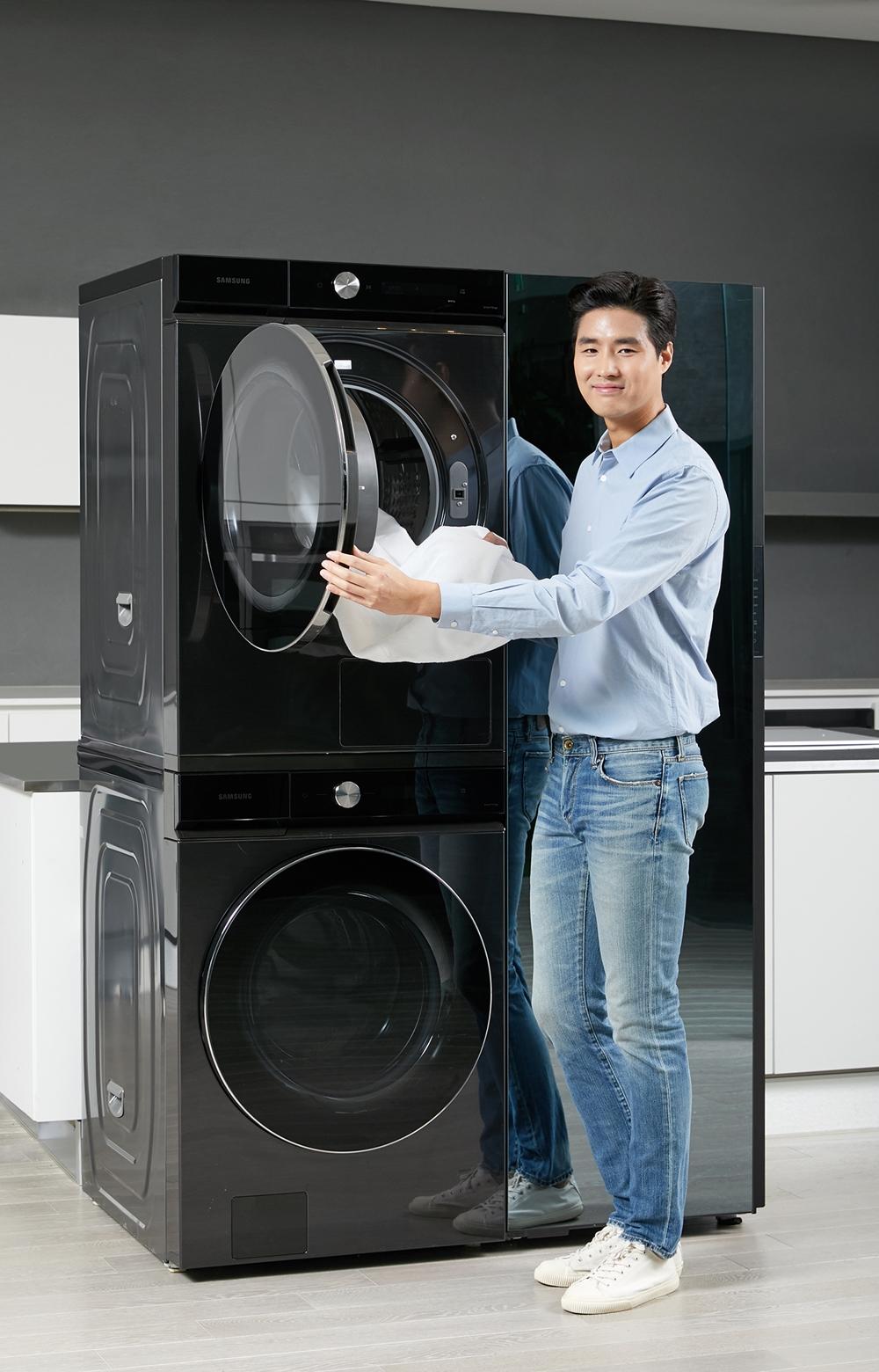 삼성전자 모델이 수원 삼성디지털시티에서 '뉴 그랑데 AI' 세탁기·건조기 신제품과 비스포크 에어드레서를 소개하고 있다.