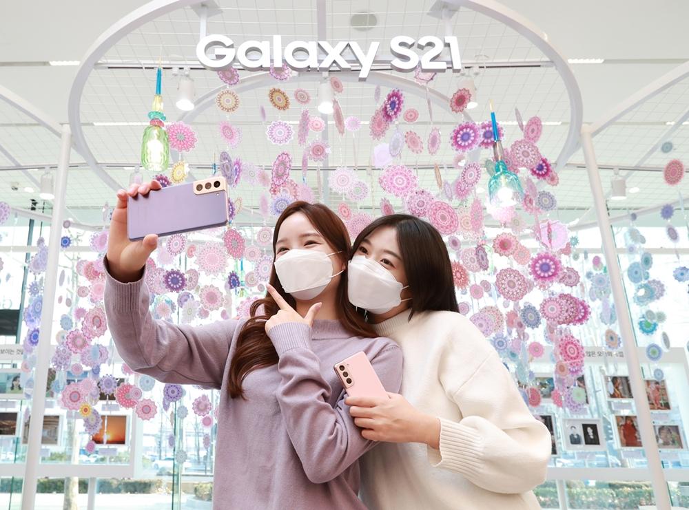 서울 강남구 삼성 디지털프라자 삼성대치점에서 소비자들이 '갤럭시 S21'로 셀피를 촬영하고 있는 모습