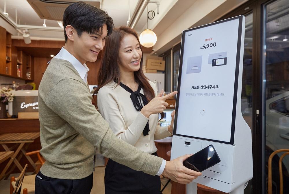삼성전자 모델이 서울 영등포구에 위치한 카페 '보은하다'에 설치된 신제품 '삼성 키오스크'를 소개하고 있다.