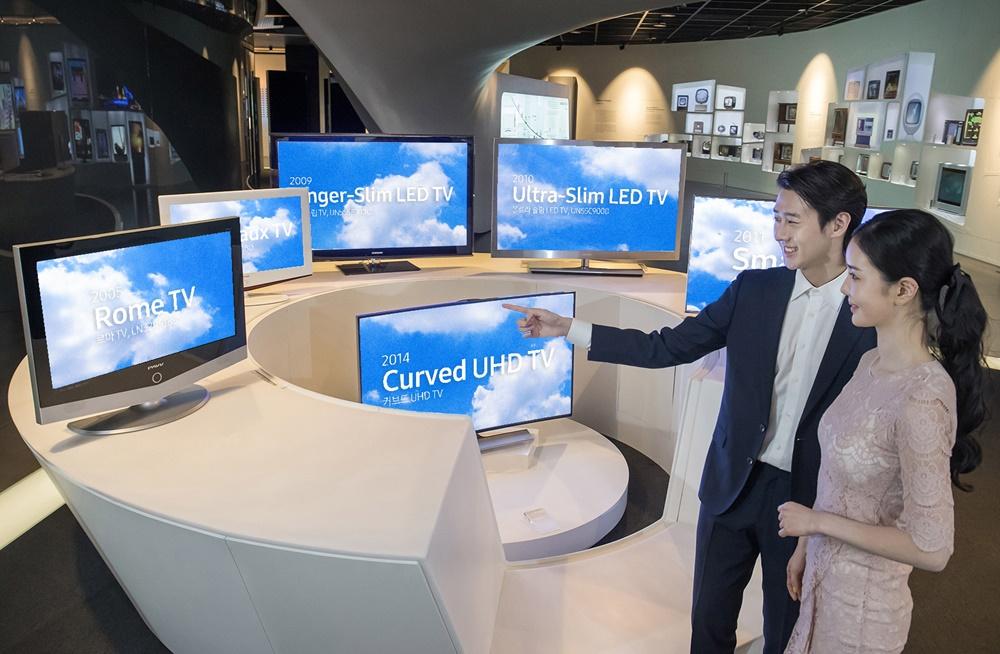 삼성전자 모델이 경기도 수원에 위치한 삼성 이노베이션 뮤지엄에서 삼성 TV의 15년 연속 1위 달성 성과를 소개하고 있다.