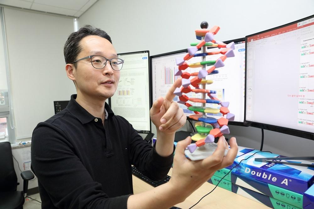 DNA 염기 서열을 이용해 생명 현상 발생 시간을 측정하는 시스템을 개발한 연세대학교 의과대학 김형범 교수