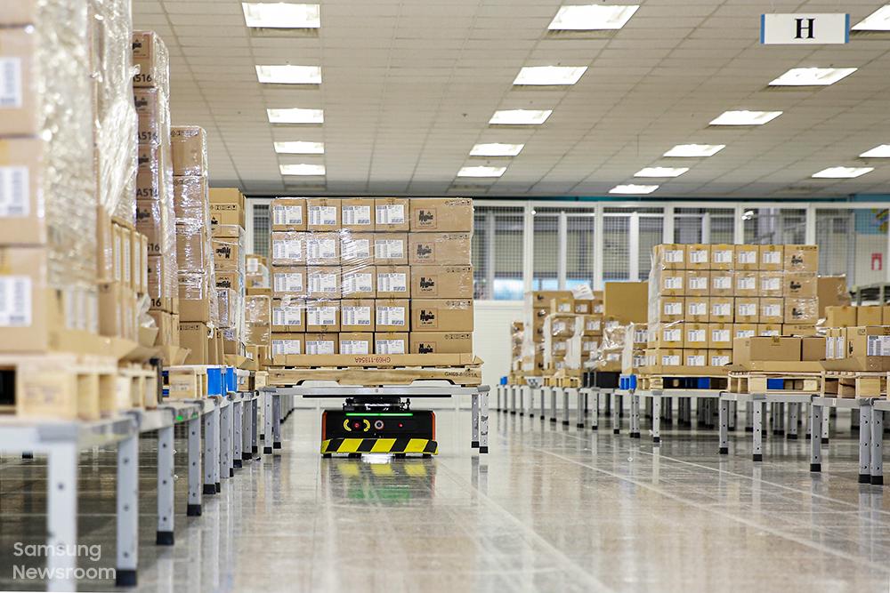 삼성전자 출하품질관리팀 임직원들이 포장 전 다시 한번 꼼꼼히 제품을 검수한다.