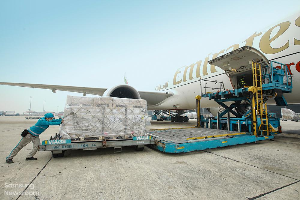 삼성전자 협력사 물류센터의 임직원들이 전 세계 매장과 고객에게 갤럭시 S21 시리즈를 배송하기 위해 준비하고 있다.
