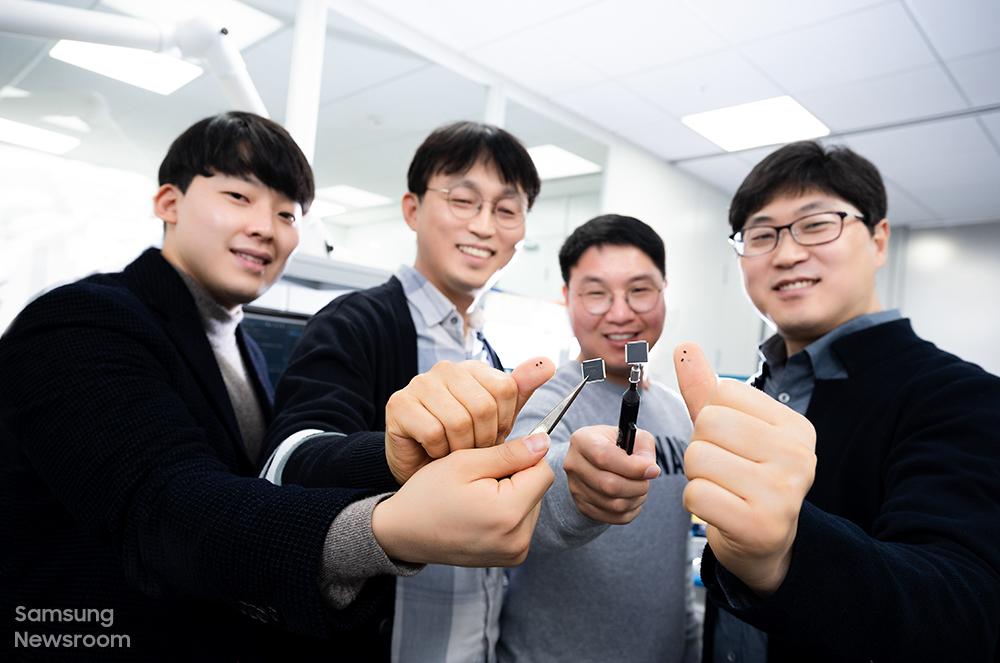 (왼쪽부터) 엄지 손가락에 '미니 LED 구동 IC'를 올려 소개하는 모습. 이를 통해 제품의 크기를 가늠해 볼 수 있다.