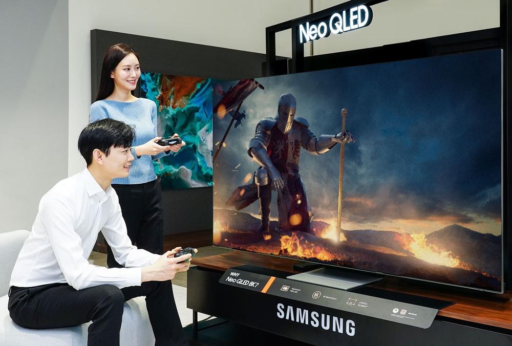 삼성전자 모델이 삼성전자 수원사업장에서 Neo QLED TV의 게이밍 기능을 소개하고 있다.