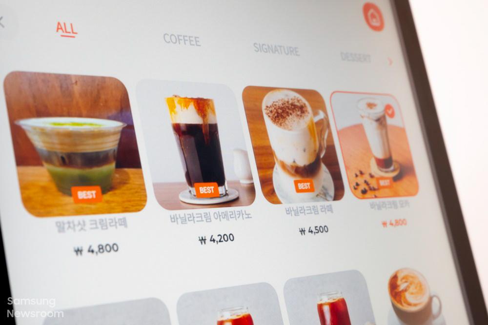 키오스크 화면에 표시된 다양한 커피 종류 이미지
