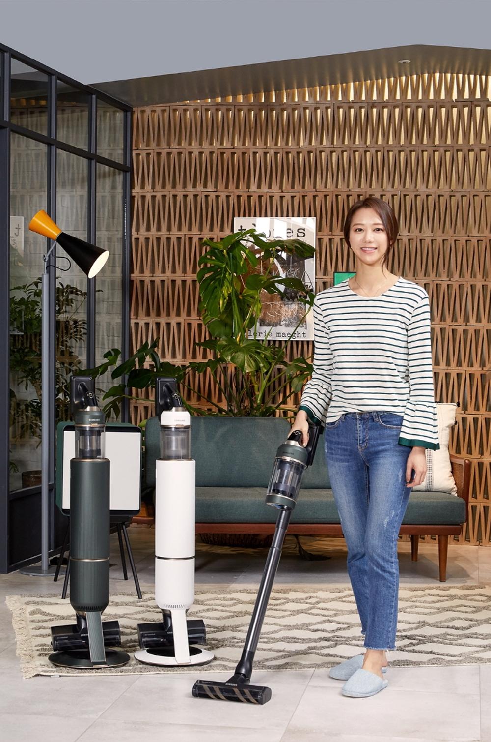 삼성전자 모델이 삼성디지털프라자 강남본점에서 '비스포크 제트' 무선청소기 신제품을 소개하고 있다.