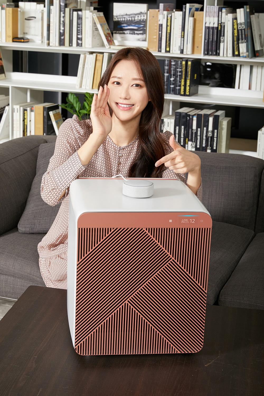 삼성전자 모델이 수원 삼성전자 디지털시티 프리미엄하우스에서 삼성 공기청정기 '비스포크 큐브 에어'와 카카오엔터프라이즈 스마트 스피커 '미니헥사', '미니링크' 를 소개하고 있다.