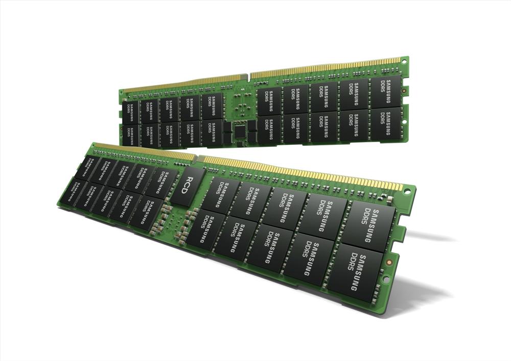 2개의 삼성전자 512GB DDR5이 놓여진 모습