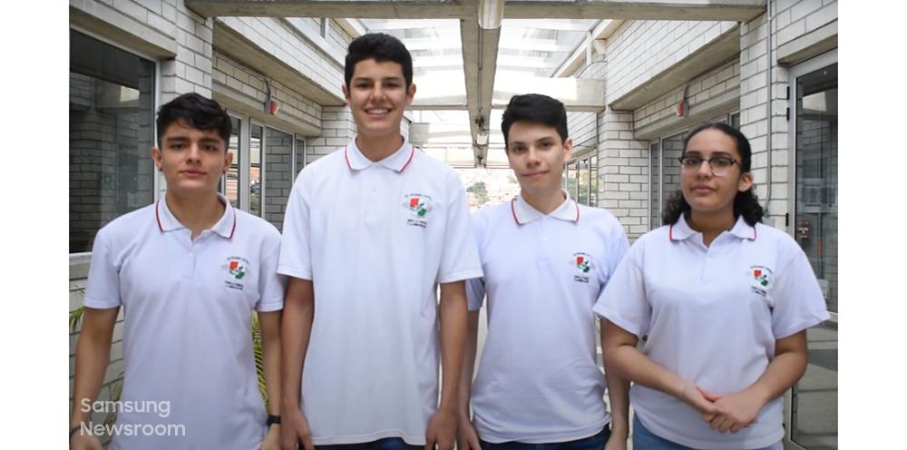 메데인의 과학 혁신 전문학교 '콜레히오 로욜라(Colegio Loyola)'에 재학 중인 아나(Ana), 산티아고(Santiago), 후안(Juan), 카밀로(Camilo)