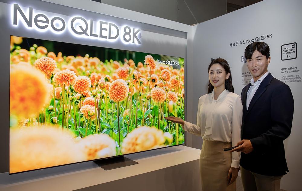 삼성전자 모델이 서울 서초동에 위치한 삼성 딜라이트에서 신제품 Neo QLED TV를 소개하고 있다.