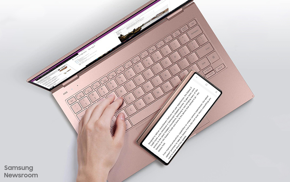 노트북과 갤럭시 Z 폴드2를 함께 사용하는 모습
