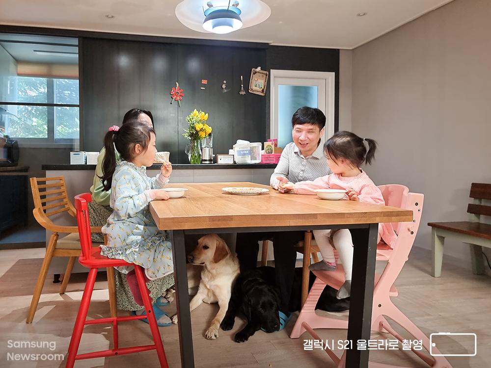 갤럭시 S21 울트라로 촬영한 지구와 해달이, 유석종 씨 가족