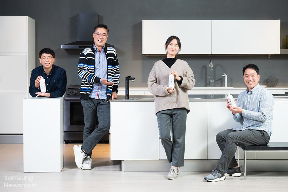 삼성전자 비스포크 정수기의 상품기획과 개발을 맡은 (왼쪽부터)김성모 프로, 이종호, 박정하, 이정근 엔지니어