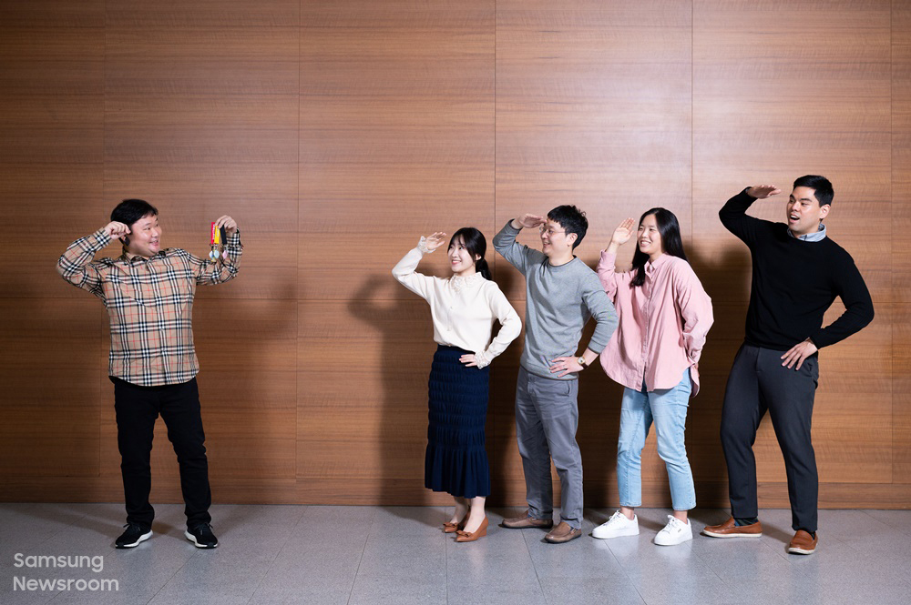 삼성전자 무선사업부 스마트싱스전략그룹 류한준, 박지모, 정진홍, 현소라, 장정우 프로가 '갤럭시 스마트태그'의 특장점을 보여주는 포즈를 취하고 있다.