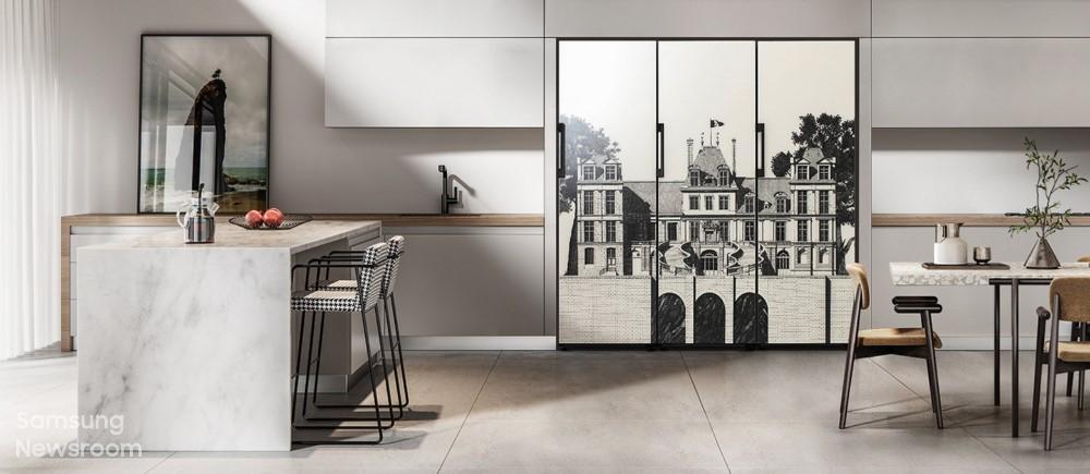 ▲ 티보 에렘이 디자인한 프랑스 '퐁텐블로 성(Fontainebleu)' 도어 패널 디자인이 적용된 비스포크 냉장고.