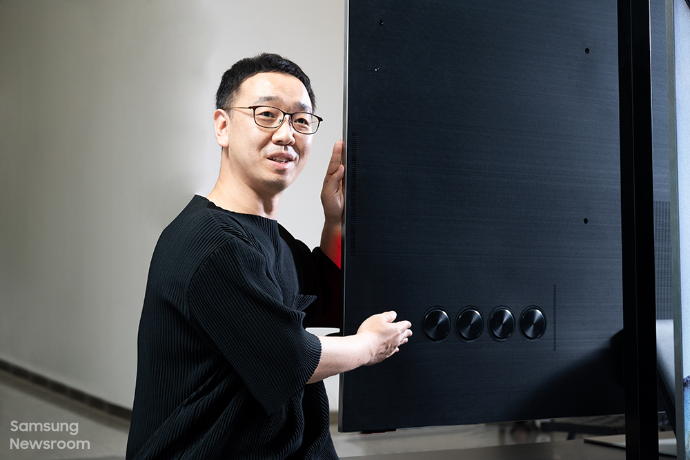 김선민 프로가 후면 우퍼를 설명하고 있다