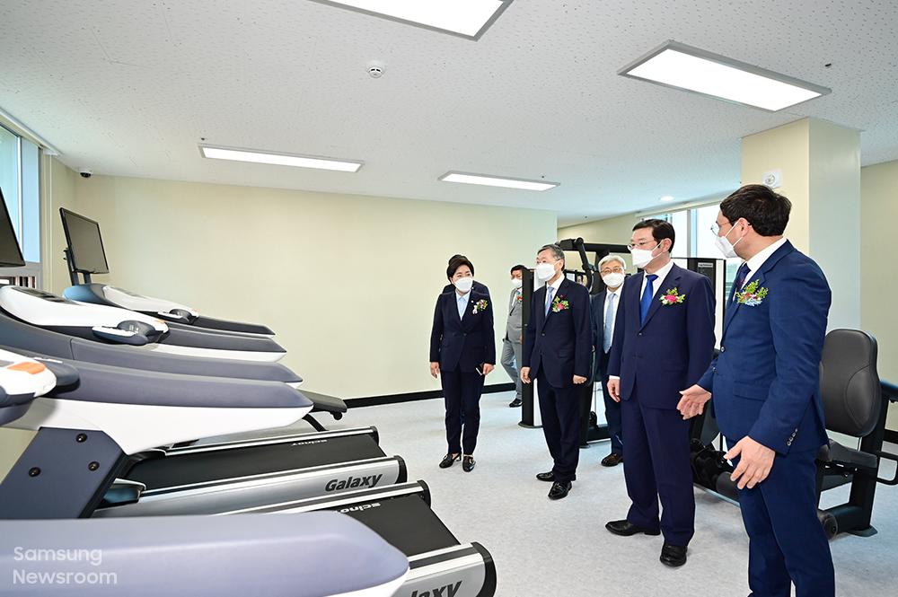 참석자들이 2층에 마련된 체력단련 공간을 둘러보고 있다.