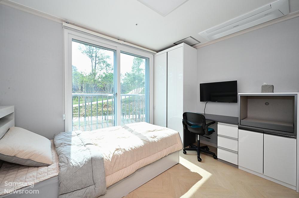 보호종료 청소년들은 최대 2년간 1인 1실로 거주할 수 있는 독립된 자신만의 방을 제공받는다. 침대, 옷장, 책상, TV, 냉장고, 세탁기 등 가구와 가전도 구비돼 있다.