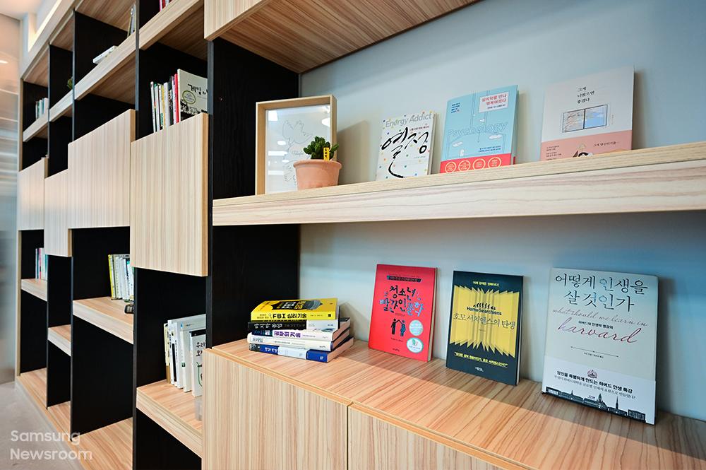 희망디딤돌센터 1층에는 입주 청소년을 위한 북카페가 운영된다. 광주 청소년들의 꿈과 미래에 도움이 될 다양한 도서가 비치된다.