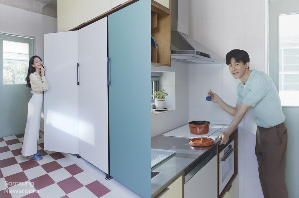 비스포크 냉장고 앞에 서있는 윤승아씨와 주방에서의 김무열씨