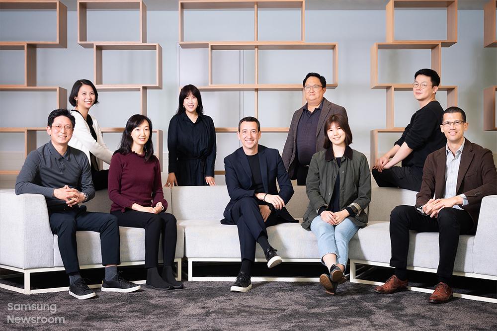 삼성리서치 E&I 랩 구성원들 (왼쪽부터 함경운 프로젝트 리더, 김지은 프로, 엄승연 프로, 하연주 디자이너, 페데리코 카살레뇨 전무, 김현수 상무, 김은비 디자이너, 고성찬 디자이너, 빈센트 버번 프로)