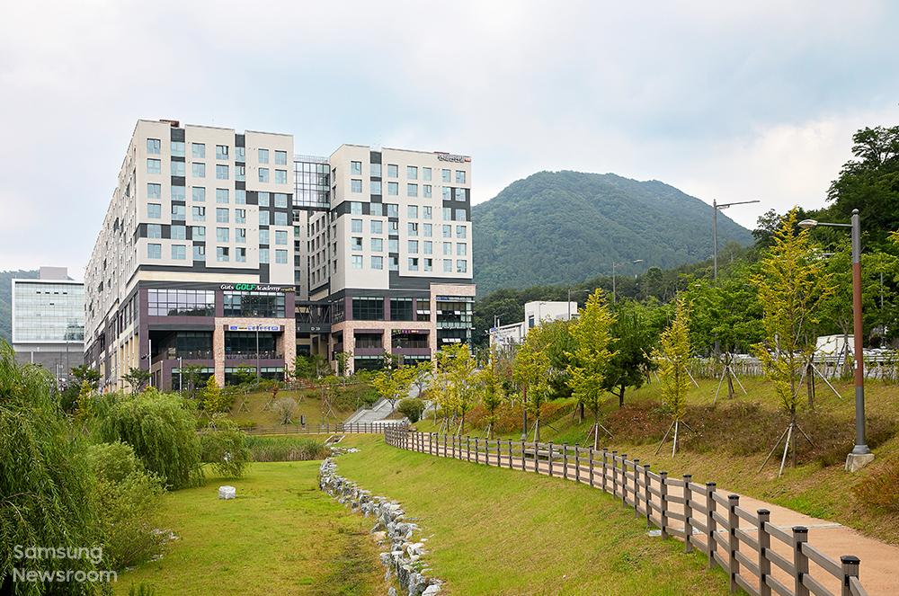 삼성 희망디딤돌 경남센터 전경. 주상복합 형식으로 이루어져 있어 다양한 인프라를 편리하게 누릴 수 있고, 인근에 산책로와 공원도 조성돼 있다.