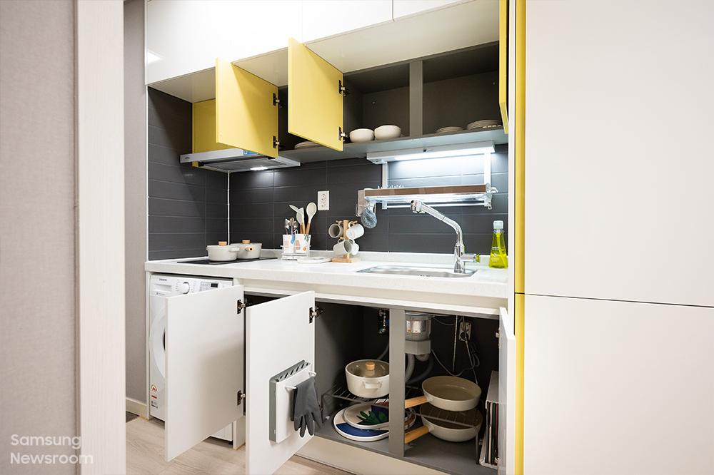 보호종료 청소년들이 2년간 1인 1실로 거주할 수 있는 생활실. 각종 가전, 가구, 생활용품이 구비돼 있다.
