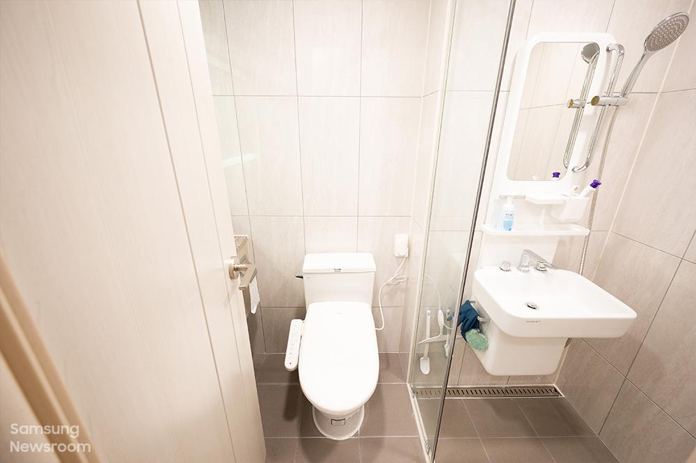 삼성전자는 충남 아산의 오피스텔 26실을 매입해 20실은 생활실, 5실은 종료 전 홀로서기를 경험해보는 체험실, 1실은 위기 아동·청소년을 위한 긴급주거지원실로 제공한다.
