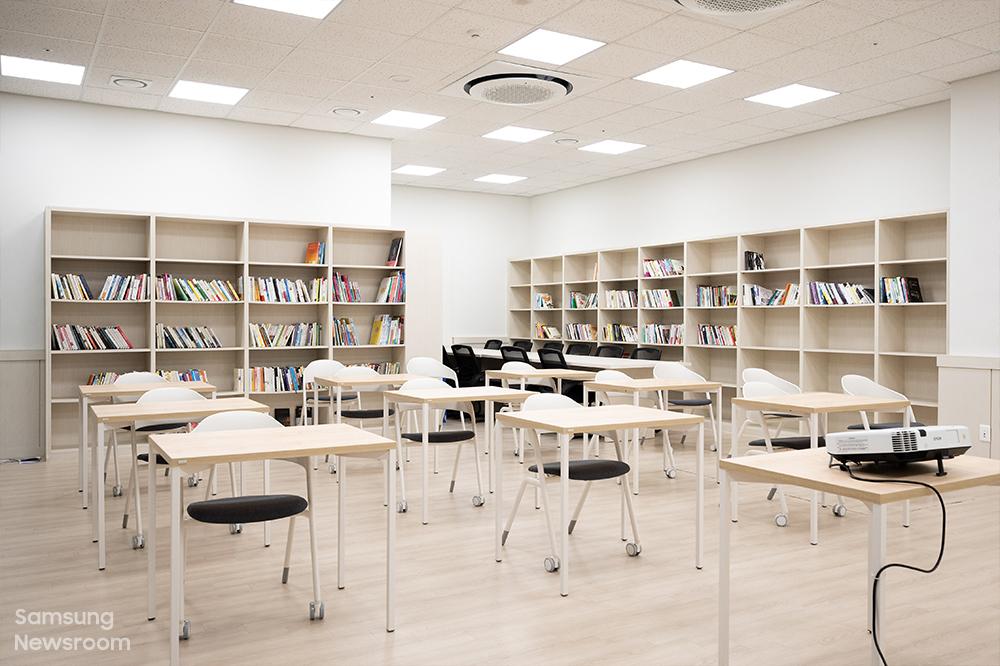 충남센터 2층에는 입주 청소년을 위한 북카페가 마련돼 있다. 다양한 도서 제공은 물론, 기본적인 금융지식과 자산관리, 임대차 계약 등 기초 경제 교육도 이곳에서 진행된다.