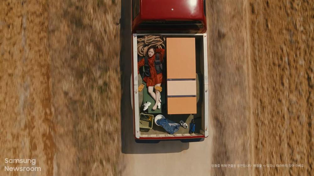 비스포크 무비 속 김향기가 차를 타고 가는 모습