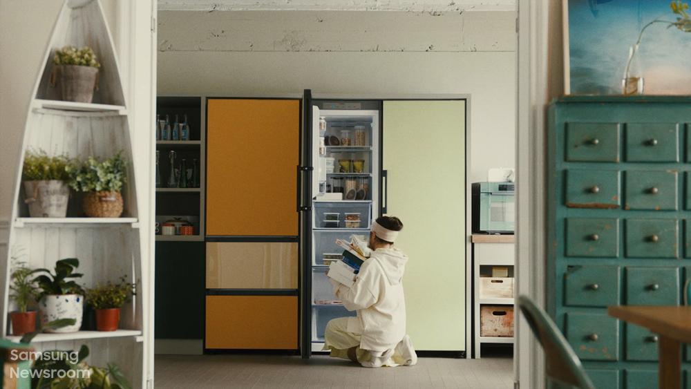 비스포크 무비 속 김향기가 비스포크 냉장고를 열고 정리하는 모습