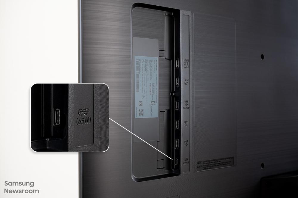 스마트 모니터 M7 시리즈는 후면에 USB-C 타입 케이블 포트를 탑재하고 있다.