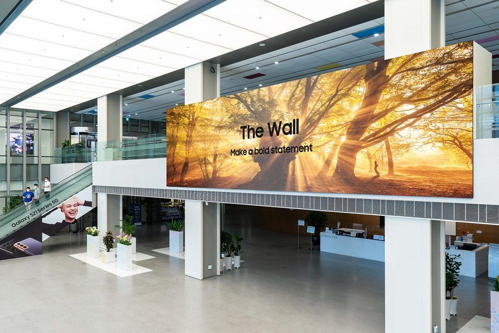 삼성전자가 선보인 '더 월' 신제품(가로 12.9m x 세로 3.6m, 해상도 7,680x2,160)이 삼성전자 수원 디지털시티 R5 로비에 설치된 모습.