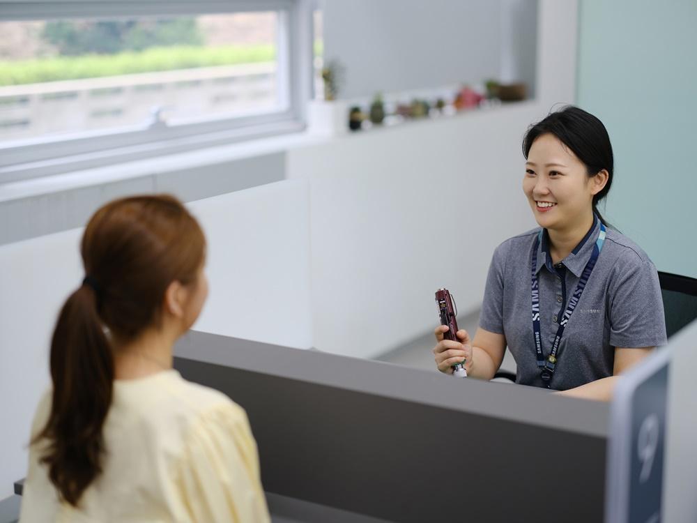[사진] 삼성전자서비스 엔지니어가 휴대폰을 점검해주는 모습