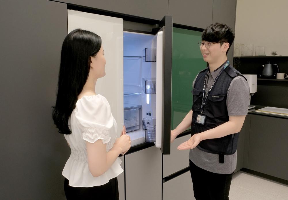 [사진2] 삼성전자서비스 수리 엔지니어가 냉장고를 점검하는 모습