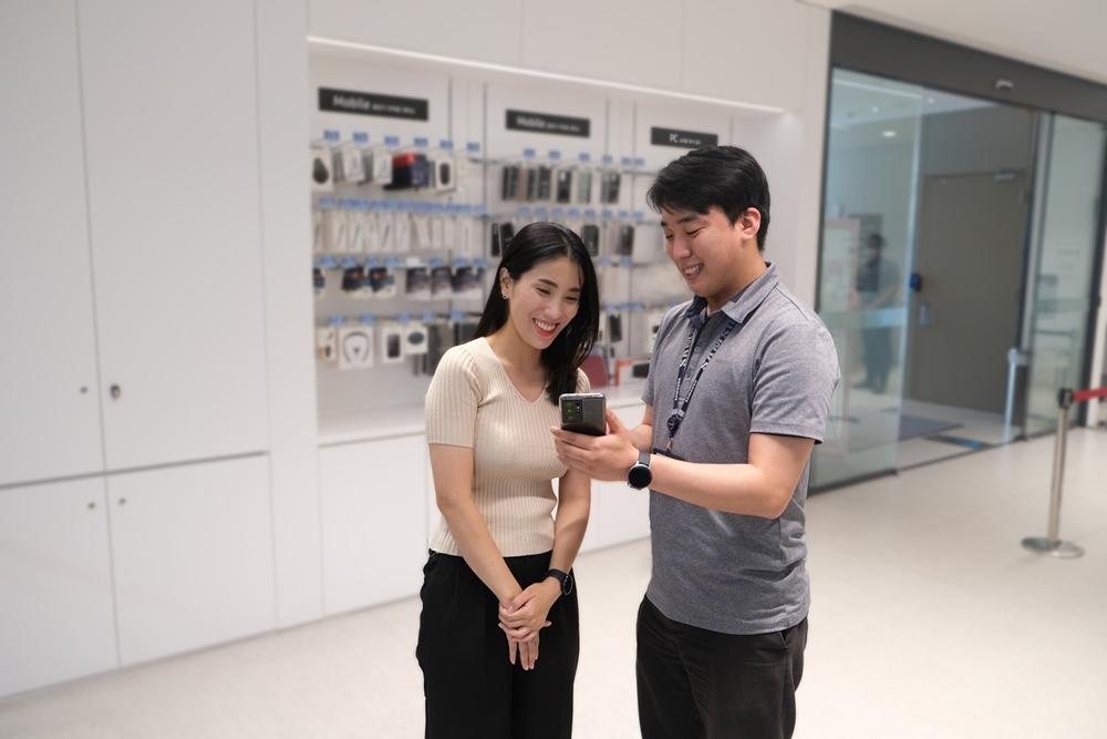 [사진3] 삼성전자서비스 수리 엔지니어가 휴대폰을 점검하는 모습