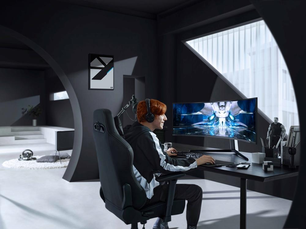 삼성전자 모델이 업계 최초로 커브드 게이밍 모니터에 미니 LED를 적용한 '오디세이 Neo G9'을 체험하고 있다.