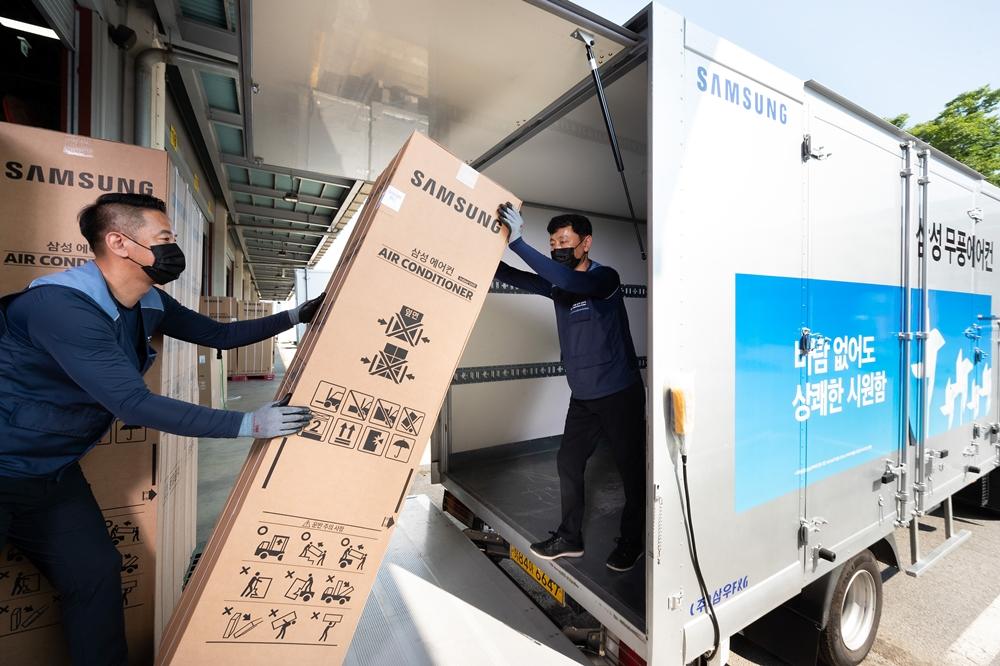경기도 수원시 영통구에 위치한 삼성전자로지텍 수원센터 물류창고에서 담당자들이 삼성 '비스포크 무풍에어컨'을 배송하기 위해 차량에 싣고 있다.