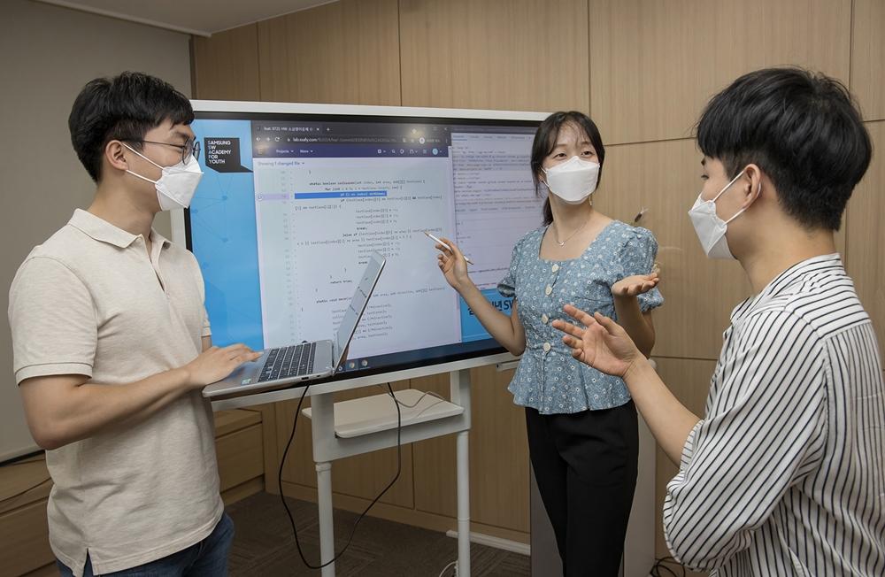서울 강남구에 위치한 '삼성청년SW아카데미' 서울 캠퍼스에서 6기 입학생들이 시범 수업을 진행하고 있다.