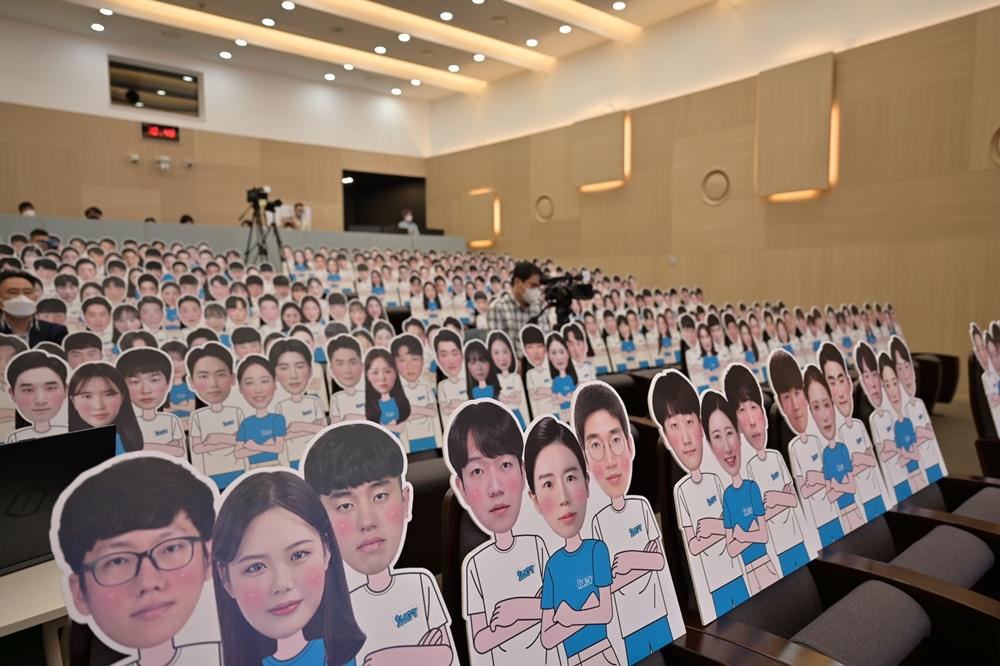 23일 서울 강남구에 위치한 '삼성청년SW아카데미' 서울 캠퍼스에서 온라인으로 열린 입학식에 비치된 6기 교육생 사진