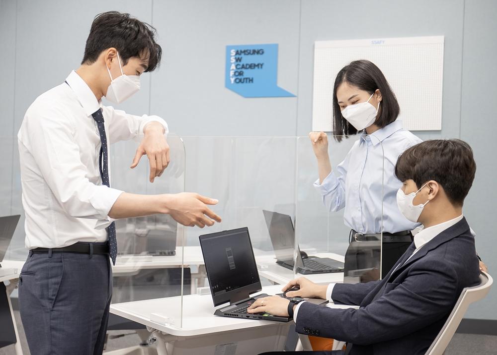 삼성전자가 9일 부산 강서구 삼성전기 부산사업장에 개소한 '삼성청년SW 아카데미 부울경 캠퍼스'에서 교육생들이 시범 수업을 진행중이다.