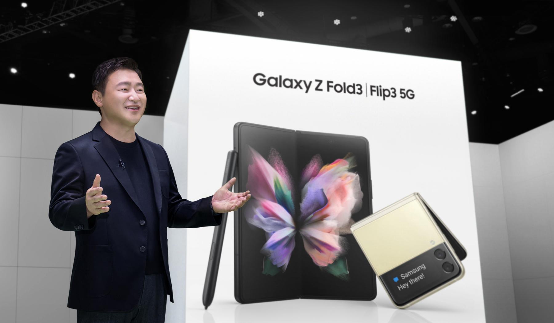 '삼성 갤럭시 언팩 2021'에서 삼성전자 무선사업부장 노태문 사장이 '갤럭시 Z 폴드3'와 '갤럭시 Z 플립3'를 소개하는 모습