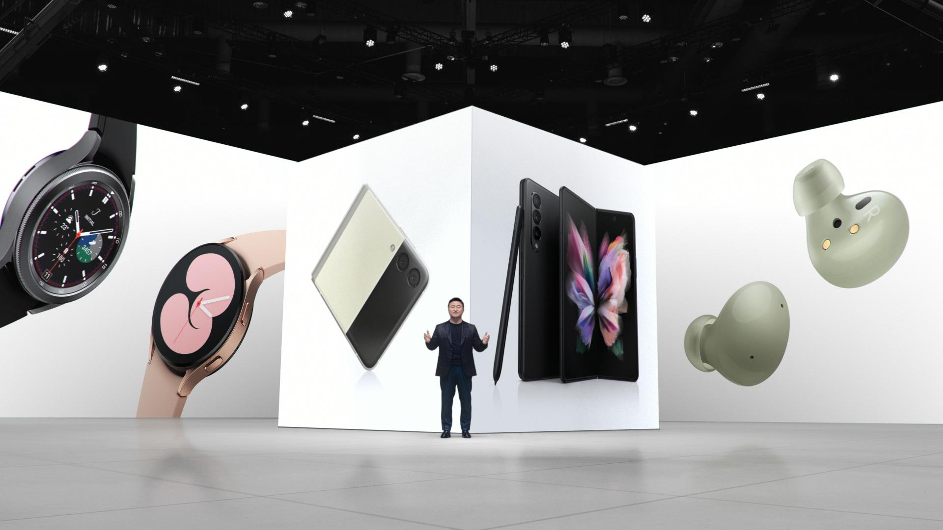 '삼성 갤럭시 언팩 2021'에서 삼성전자 무선사업부장 노태문 사장이 이 날 공개된 '갤럭시 Z 폴드3·플립3', '갤럭시 워치4' 시리즈, '갤럭시 버즈2'를 소개하는 모습