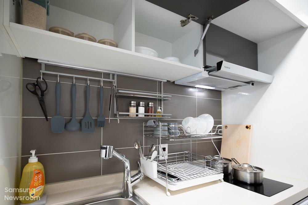 ▲ 2년간 1인 1실로 제공되는 생활실. 생활에 필요한 가전과 가구는 물론, 주방·청소·생활용품 등이 세심하게 구비되어 있다.